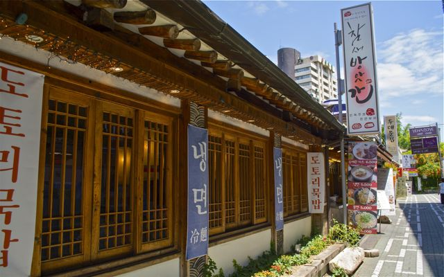 A street-side restaurant in Insadong. The Insadong neighborhood is an interconnected network of alleys that lead back into the main street of Insadong-gil. CHRISTOPHER CAMERON / THE STATESMAN