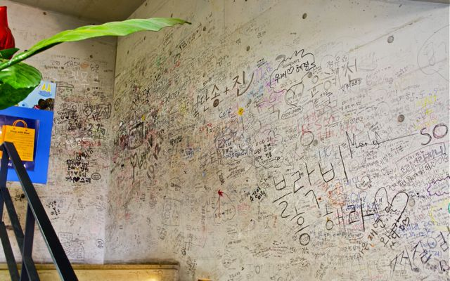 A graffiti wall inside the Ssamzigil shopping mall. Considered to be a prominent destination in Insadong, this shopping center specializes in handcrafted products. CHRISTOPHER CAMERON / THE STATESMAN