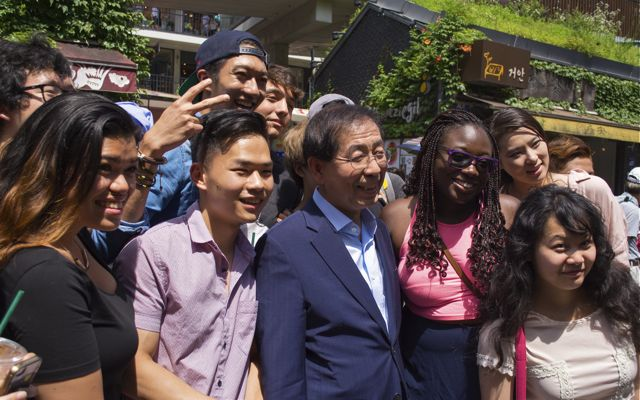 Stony Brook Study Abroad students and interns pose with the mayor of Seoul, Park Won-soon, who had been making a candid visit to the Insadong neighborhood. As chief executive of the 2nd largest metropolitan area in the world, Park is responsible for the administration of over 25 million residents. CHRISTOPHER CAMERON / THE STATESMAN